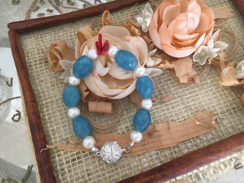 Bracciale con agata, corallo bambu, perle.