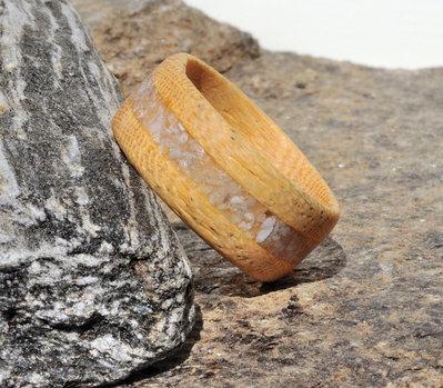 Anello veretta in legno di Koto con intarsio in sabbia grigia fatto a mano