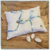 Cuscino per fedi in lino bianco con pizzo e nastrini azzurri