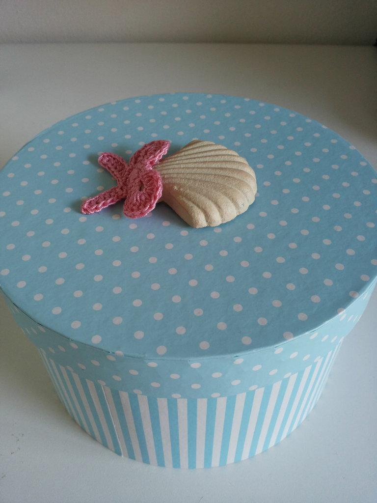 scatola cilindrica a righe e pois bianco e celeste  con conchiglia e fiocchino rosa