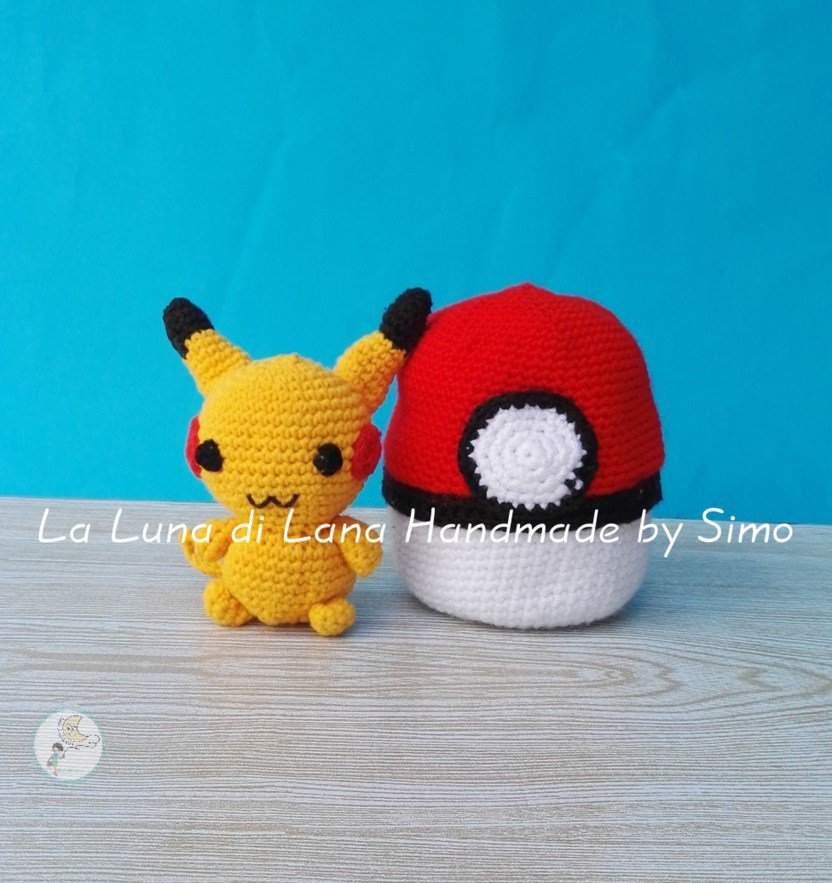 Pupazzetto Pikachu e Pokeball amigurumi