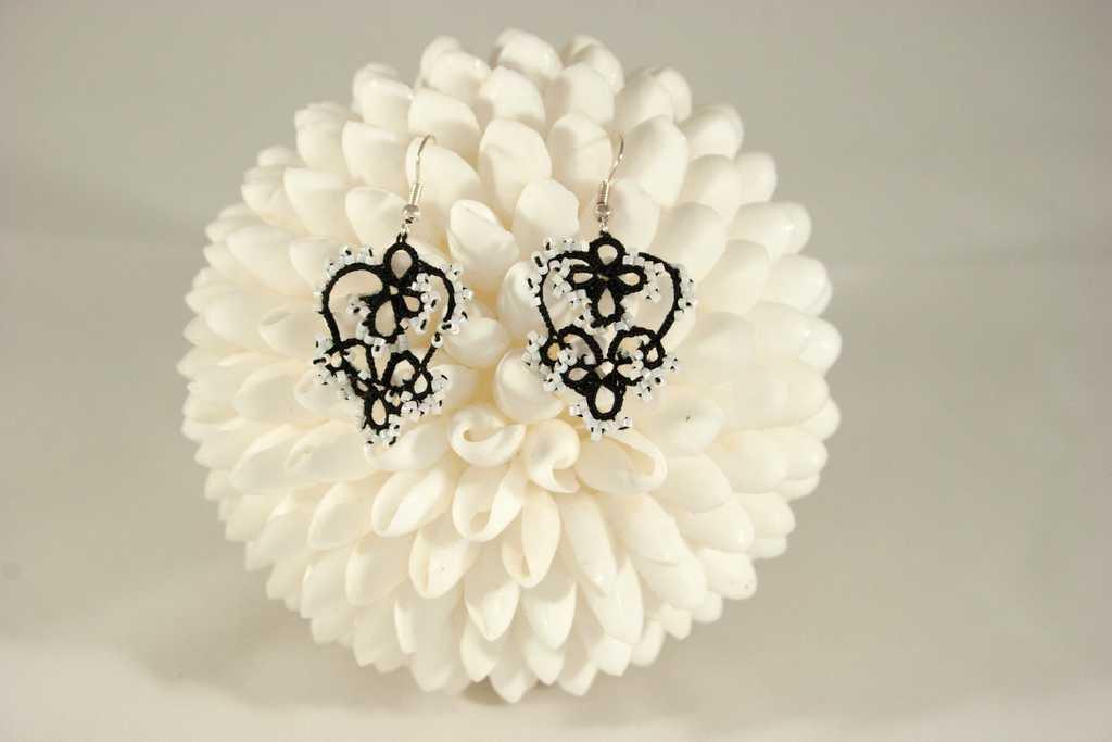 Orecchini chiacchierino filo in cotone nero e perline bianche