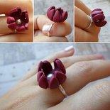 Anello bocciolo di fiore bordeaux con perla