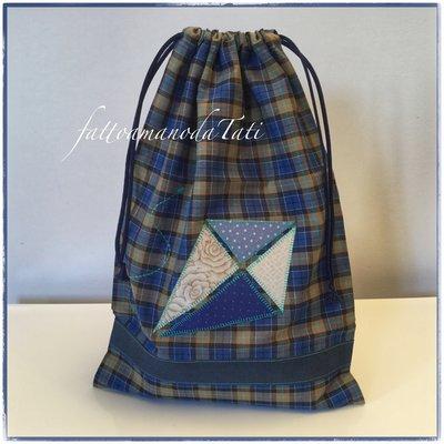 Sacchetto asilo in cotone scozzese sui toni del blu/ marrone con aquilone applicato