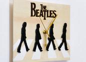 Orologio in legno da parete The Beatles Abbey Road, fatto a mano, con sfondo color legno naturale, personaggi neri e logo pirografato