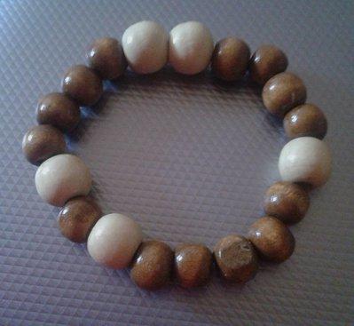 Bracciale elastico con perle di legno chiaro e scuro