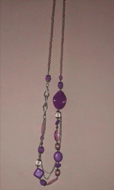 Collana lunga con pietre rosa e violetto e dettagli color argento