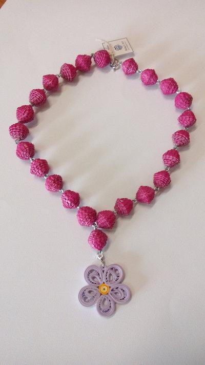 Collana con perle di carta e charms fiore