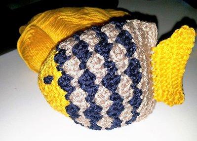Pesce ad uncinetto tecnica amigurumi giallo e blu