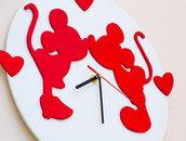 Orologio in legno da parete dedicato all'amore fatto a mano, con sfondo Bianco e personaggi Rossi - LOVE