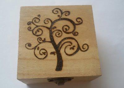 Scatola in legno incisa a fuoco con il pirografo albero - Scatole porta viti ...