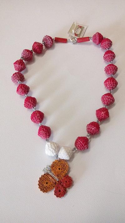 Collana con perle di carta e charms farfalla