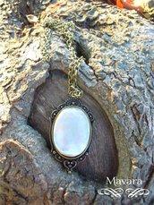 Collana in metallo e pendente color bronzo con madreperla