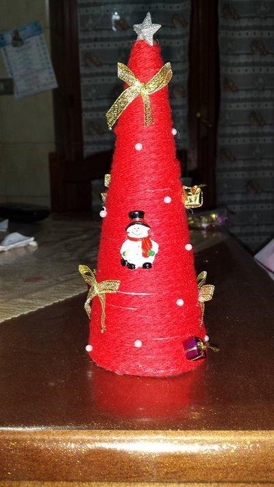 Alberello di Natale con decori natalizi