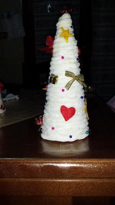 Alberello di natale con addobbi natalizi per la casa e per te su misshobby - Come tenere la stella di natale in casa ...