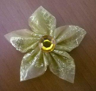 Piccolo fiore kanzashi in organza fatto a mano