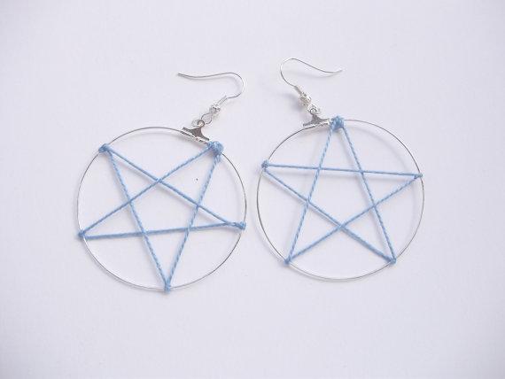 Orecchini pentacolo, anelle argentate, stella in filo cotone ritorto lucido, fatti a mano