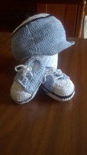 completo all'uncinetto cappellino e scarpette da tennis neonato