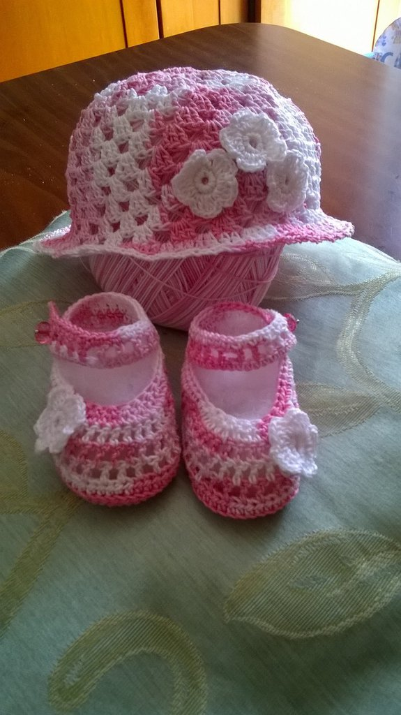 Cappellino e sandaletti rosa sfumato ad uncinetto neonata