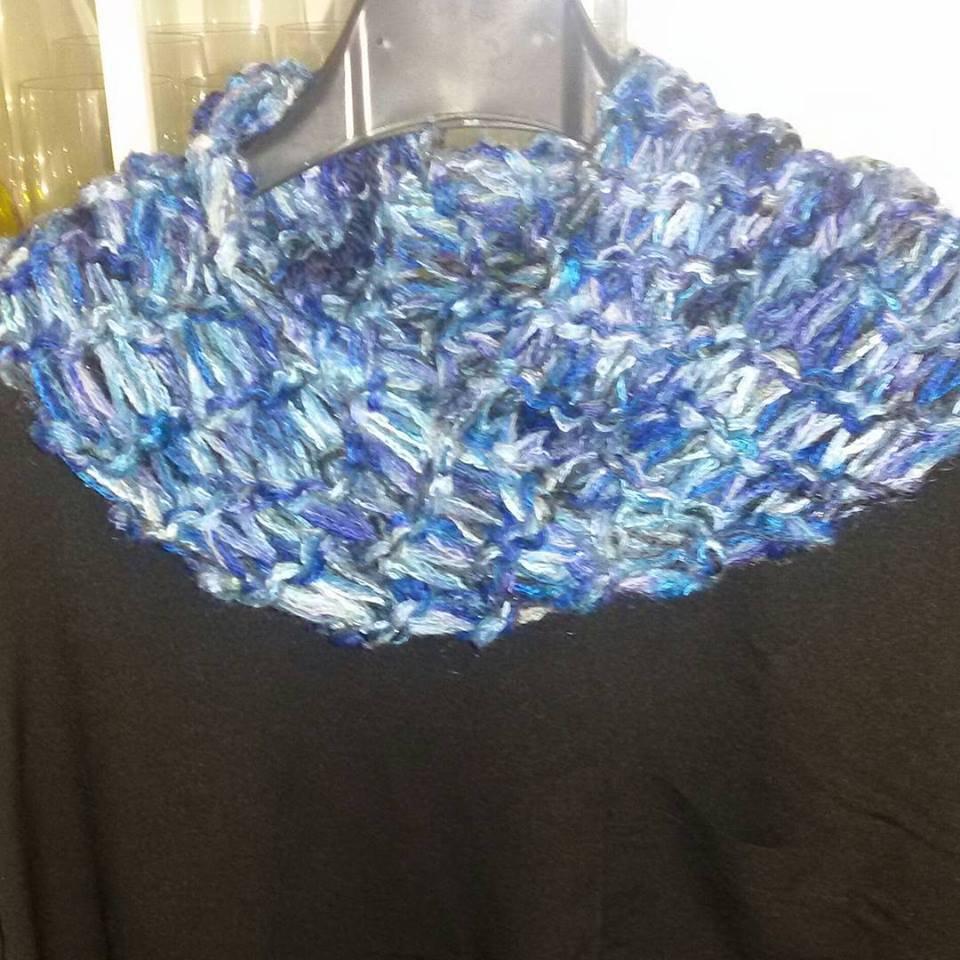 Sciarpa scaldacollo toni del blu  fatta a mano regalo per lei