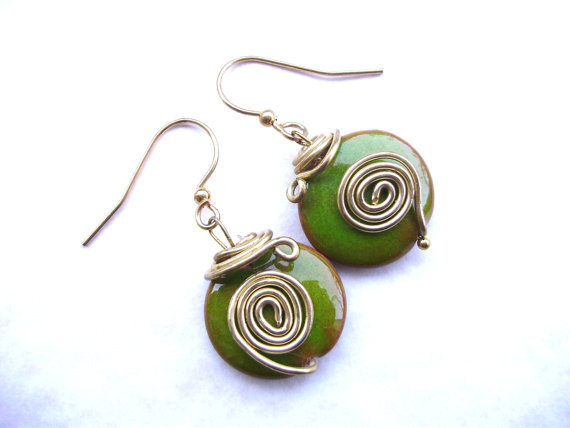 """ORECCHINI """"Le mele"""" in ceramica artigianale, lavorazione wire con filo di rame dorato, monachelle dorate,handmade"""