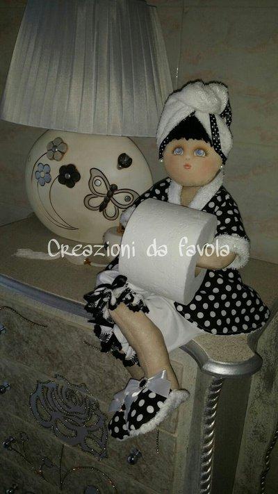 Bambola portarotolo con rotolo carta igienica