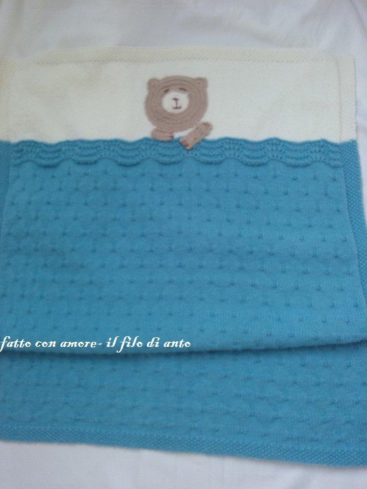 Copertina in lana azzurra e bianca con orsetto
