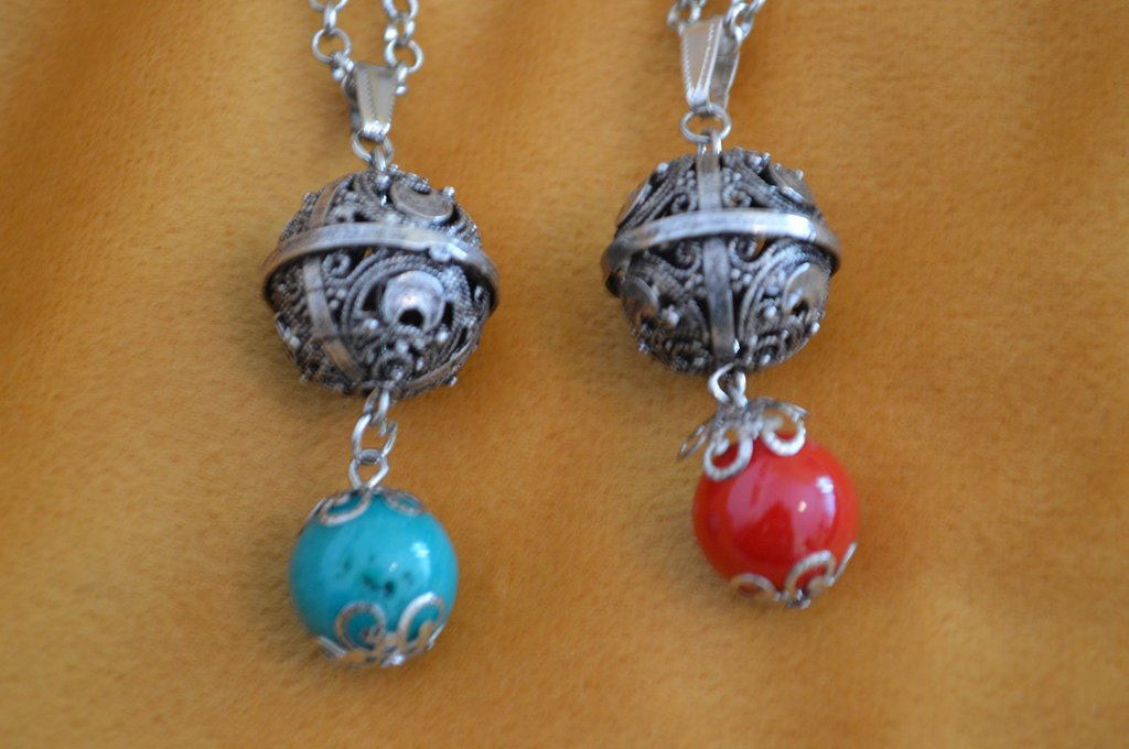 Collana con pietra rossa e azzurra e bottone sardo