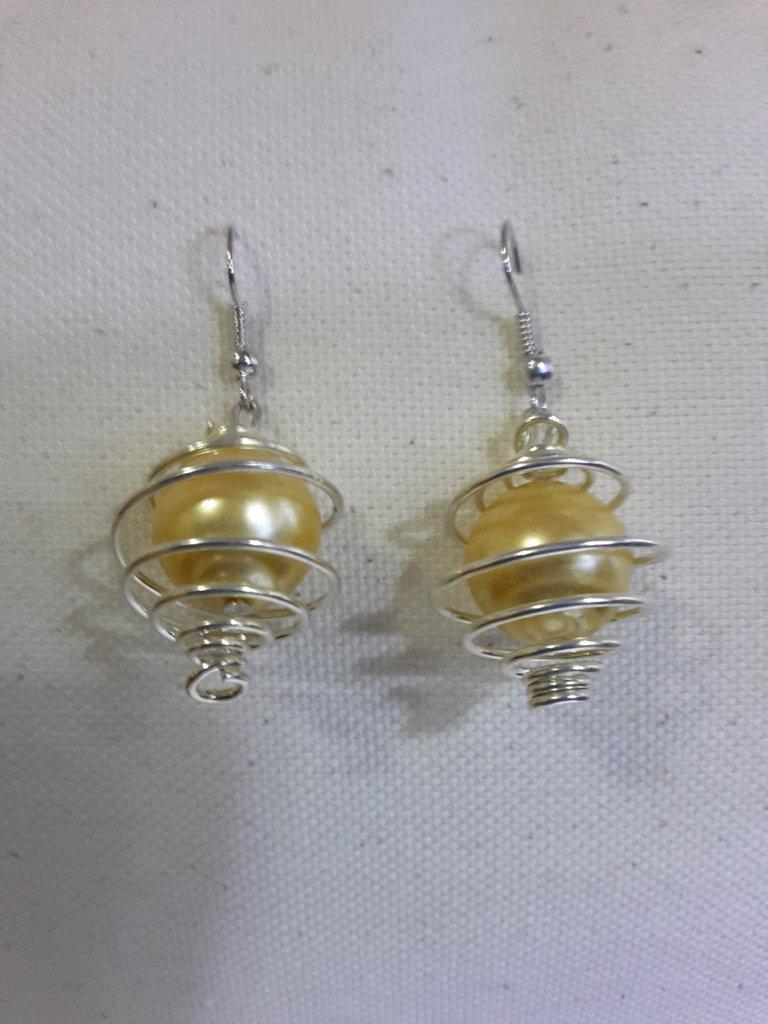 Orecchini perlati con spirali metallici