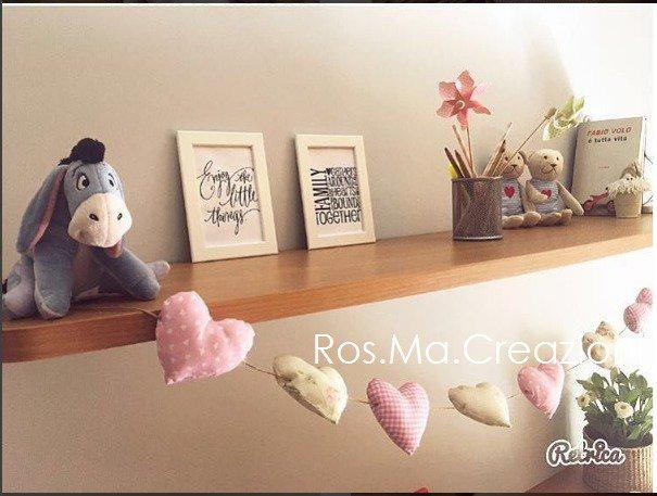 inserzione riservata di simyce Festone, fila di cuoricini imbottiti di stoffa sul rosa e appesi su spago