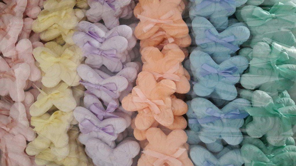 Gesso farfalla segnaposto o bomboniera colori pastello con fiocco