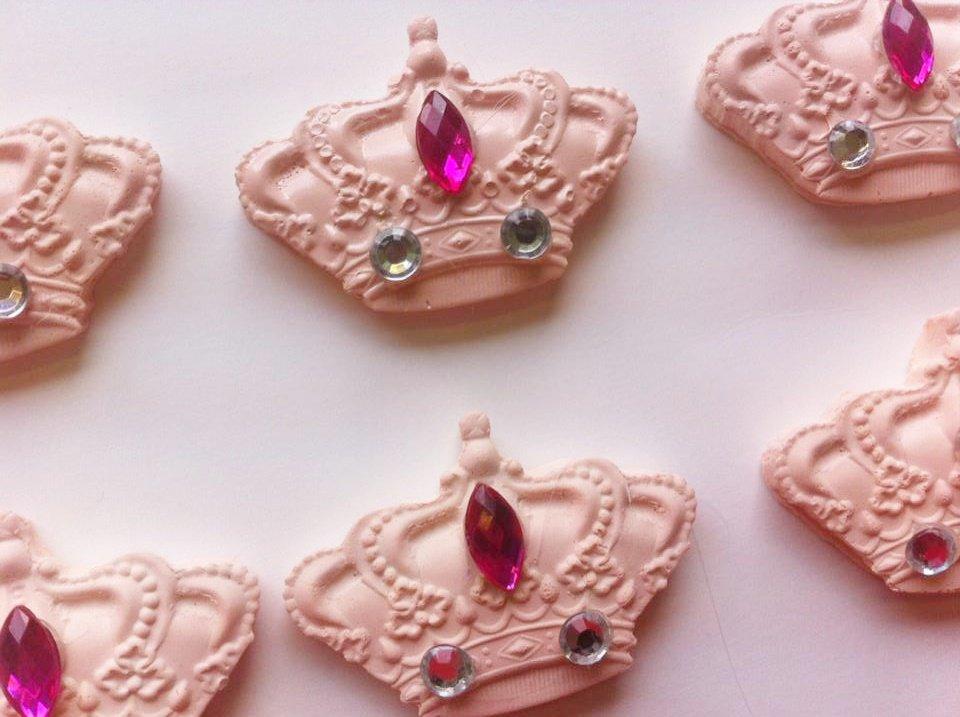 coroncina in gesso ceramico rosa rifinita con brillantini