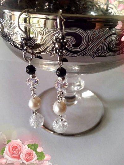 Orecchini pendenti in Argento con Perle d'acqua dolce, Onice nero e Swarovsky, pensati per i segni dello Scorpione e Cancro