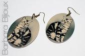 Orecchini vintage ovali in legno levigato raffiguranti un gatto. / Oval earrings vintage polished wood depicting a cat .