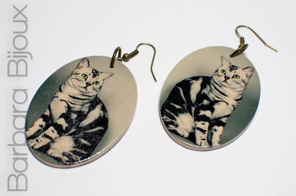 Orecchini vintage ovali in legno levigato raffiguranti un gatto.