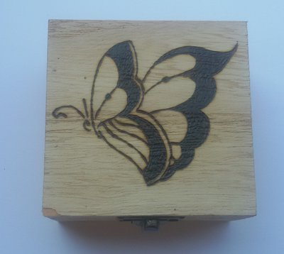 Scatola in legno incisa a fuoco con il pirografo - farfalla
