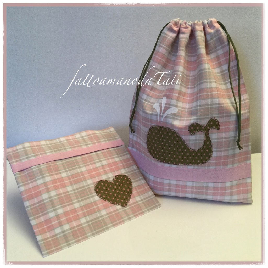 Sacchetto asilo in cotone scozzese rosa e beige con balena applicata e busta con cuore coordinata
