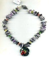 Girocollo con perle Biwa violette e pendente con fiore in madreperla grigio/viola