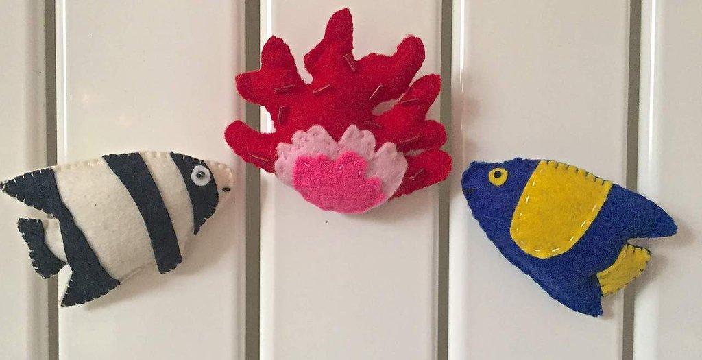 Calamite per frigorifero, pesci tropicali e ramo di corallo rosso e rosa