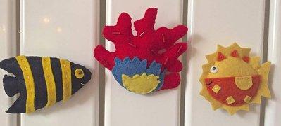 calamite per frigorifero, pesci tropicali e ramo di corallo rosso e giallo