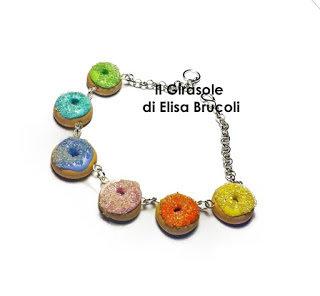 Bracciale in metallo con ciambelle arcobaleno in pasta polimerica fimo