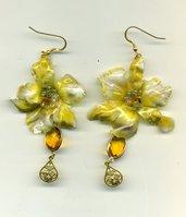 Orecchini con orchidea gialla in sospeso trasparente e cristalli
