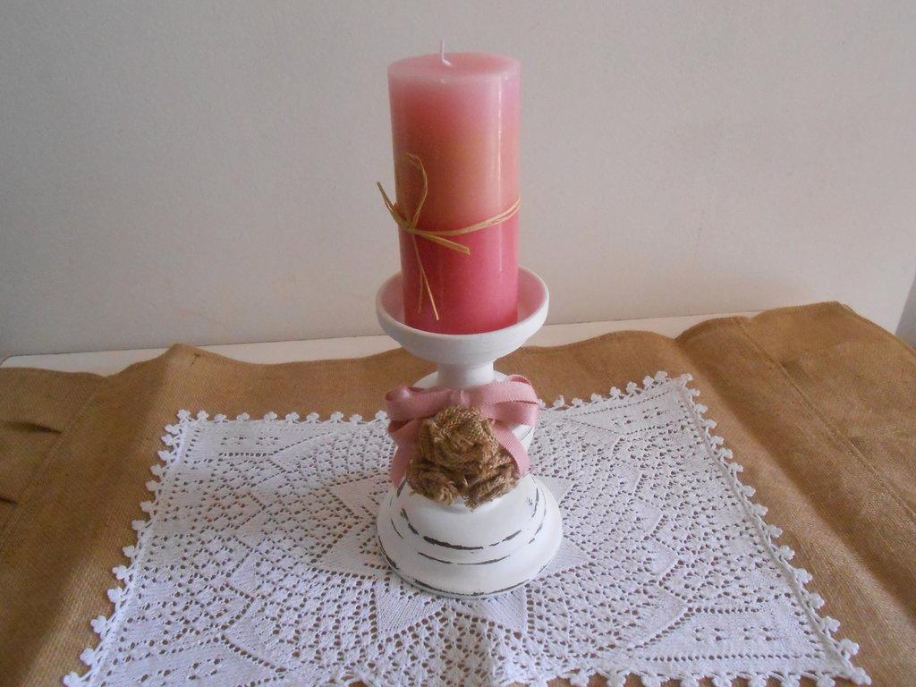 Candeliere , porta candela in legno trattato shabby bianco con rose e candela rosa.