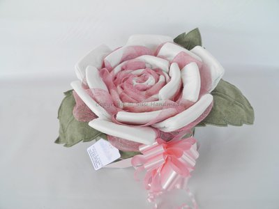 Torta rosa di pannolini con foglie in pannolenci e colori a scelta
