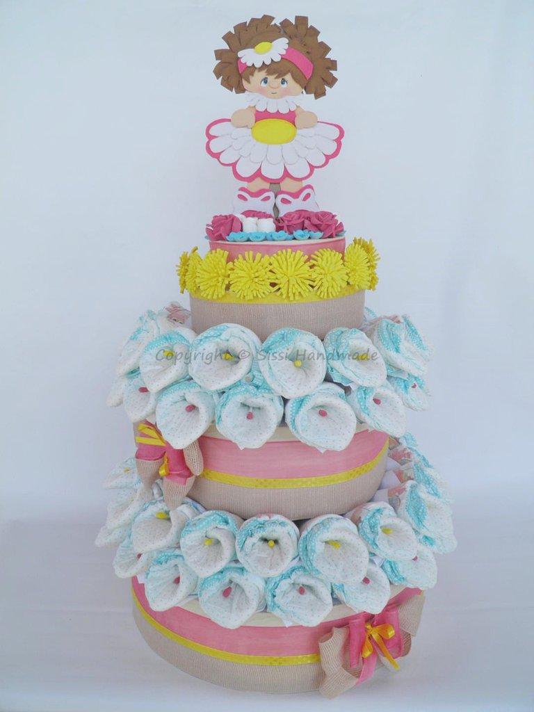 Torta pannolini bambina con decorazioni in gomma crepla
