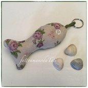 Portachiavi pesciolino bicolore in cotone ecrù a fiori lilla e in cotone verde