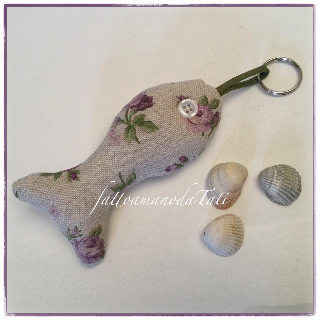 Portachiavi pesciolino in cotone ecrù a fiorellini lilla