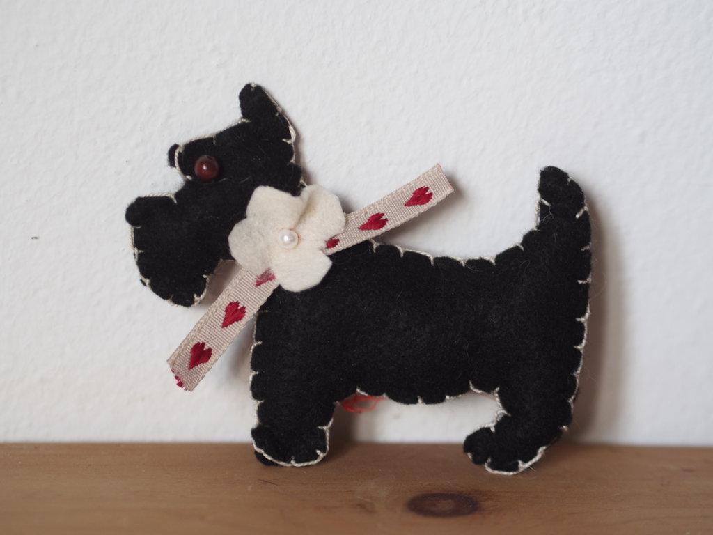 CANE: SCOTTISH DOG con collare.Spilla,bomboniera,gioco per bimbi