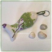 Portachiavi pesciolino in cotone panna con rametti e fiori lilla ornato di pizzo verde