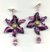 Orecchini pendenti con orchidea viola e pendentino in tormalina, quarzo rosa ed occhio di gatto